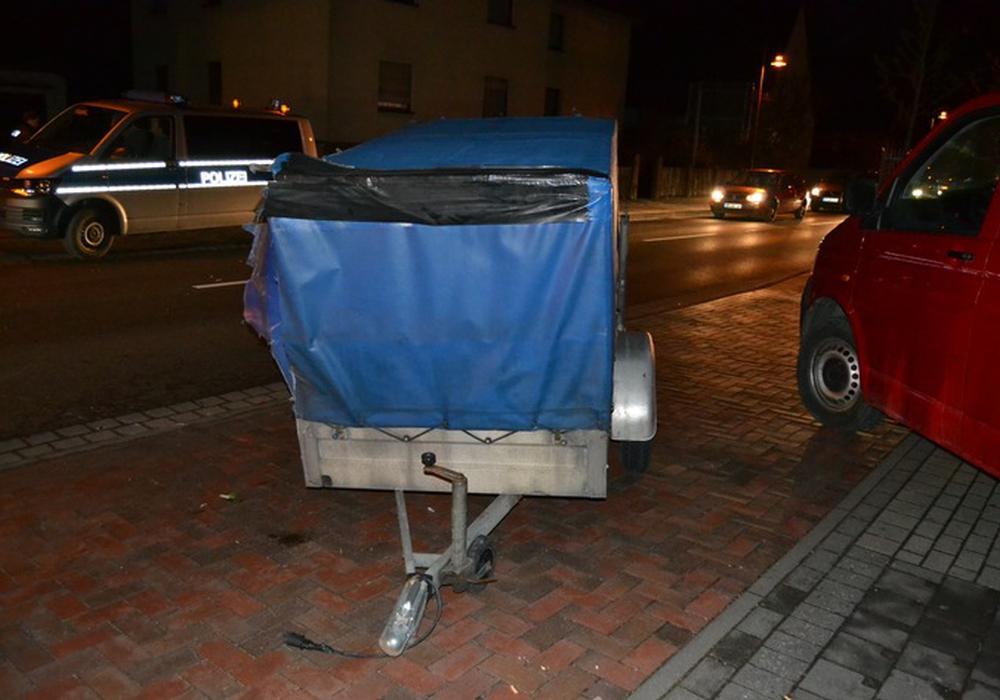Die Polizei jagte einen Autodieb. An der Allerstraße, Höhe Gesundheitsamt, blieb der Anhänger des verfolgten Autos liegen. Foto: Polizei Gifhorn