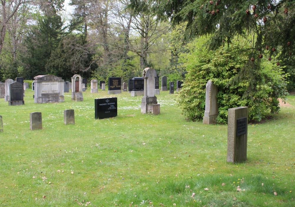 An Volkstrauertag und  Totensonntag besuchen viele Menschen die Gräber ihrer Angehörigen. Symbolfoto: Alexander Dontscheff