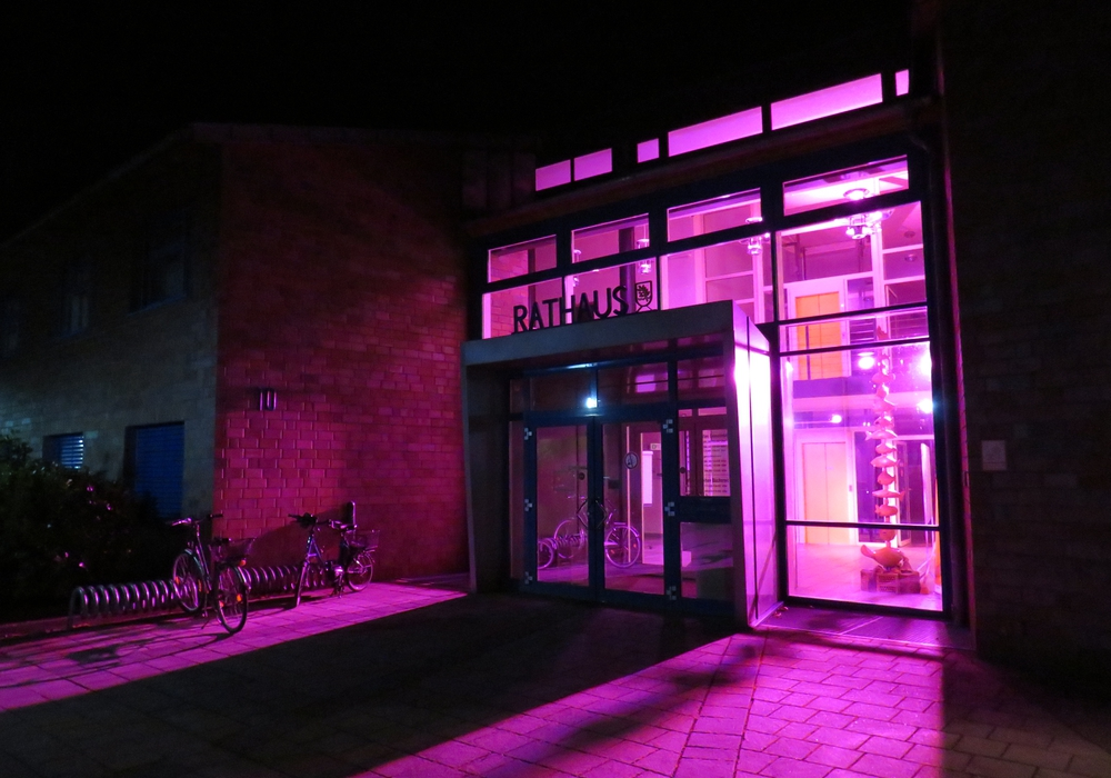 Das Rathaus der Gemeinde Lehre erstrahlt in Pink. Foto: Gemeinde Lehre