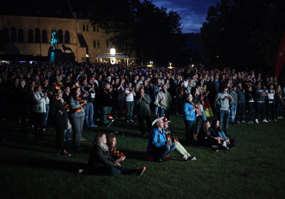 Laut einer Mitteilung der Polizei Goslar kamen am Samstaganbend zur Public-Viewing-Veranstaltung des EM-Viertelfinales Deutschland-Italien rund 4.500 Zuschauer auf die Kaiserpfalzwiese. Symbolfoto: