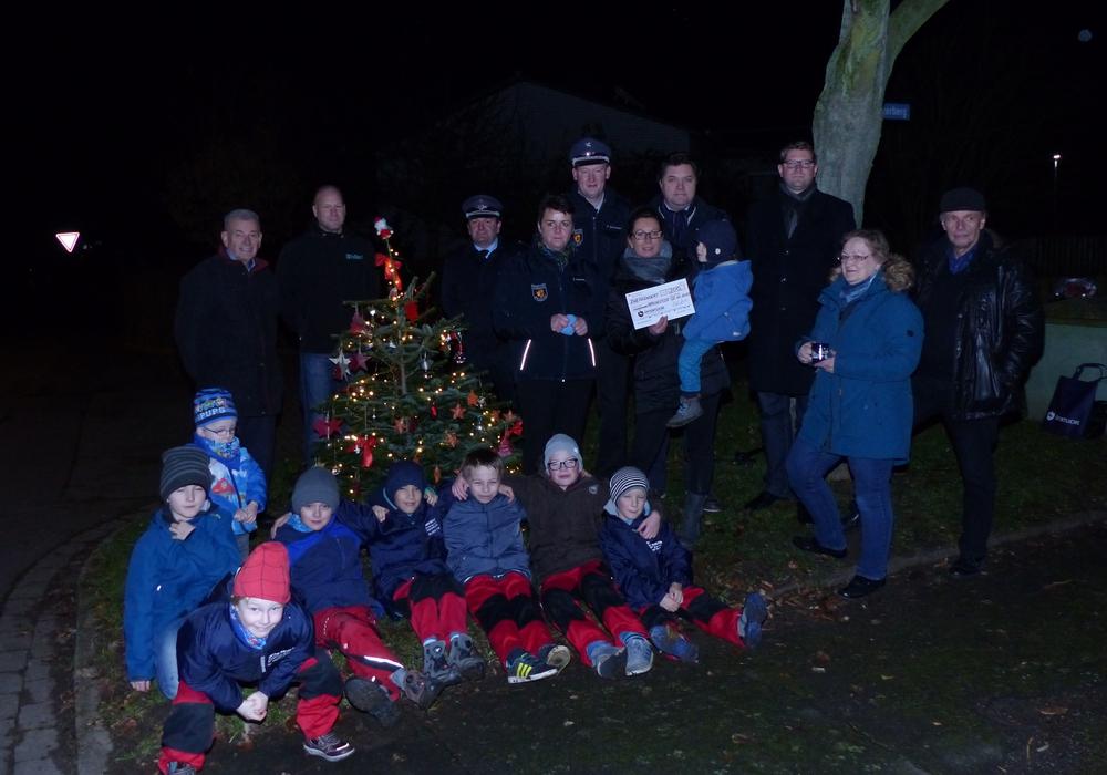 Der Weihnachtsbaum in Apelnstedt wurde geschmückt. Foto: Feuerwehr Apelnstedt