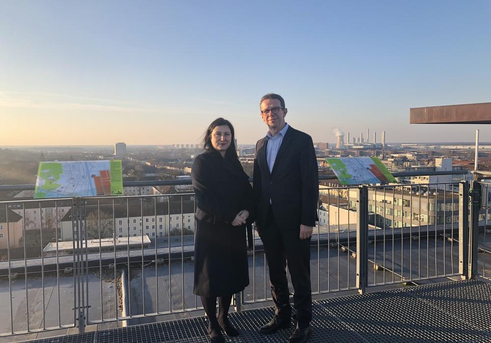 Generalkonsulin Banu Malaman und Oberbürgermeister Klaus Mohrs auf dem Rathausdach. Fotos: Stadt Wolfsburg