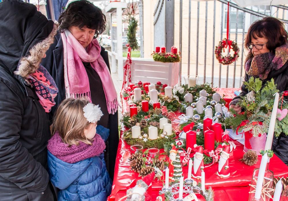 Mit viel Freude und Mühe haben Mitglieder des Kinderschutzbundes Wolfenbüttel allerlei Weihnachtsdekoration für den Verkauf gebastelt. Foto: Werner Heise