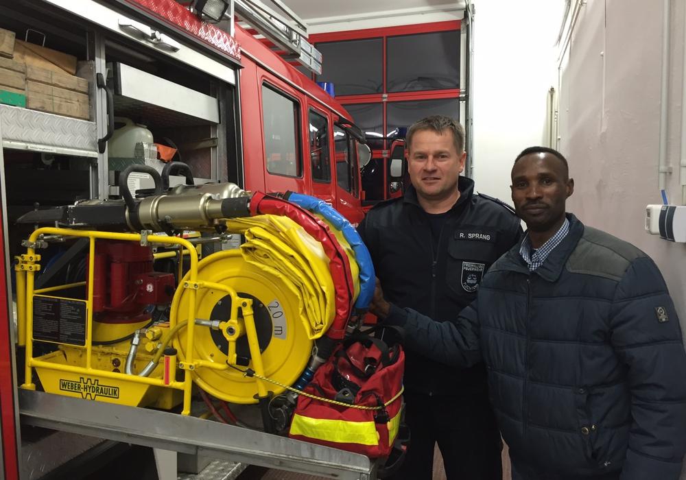 Flechtorfs Ortsbrandmeister Ralf Sprang beim Rundgang mit Jalal Daoud im Feuerwehrhaus. Foto: Privat