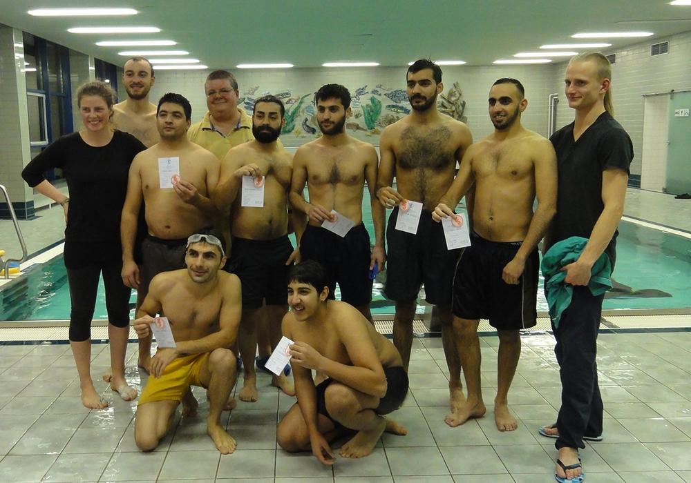 """Acht Geflüchtete waren zum Erwerb des Schwimmabzeichens """"Seepferdchen"""" angetreten. Foto: Privat"""