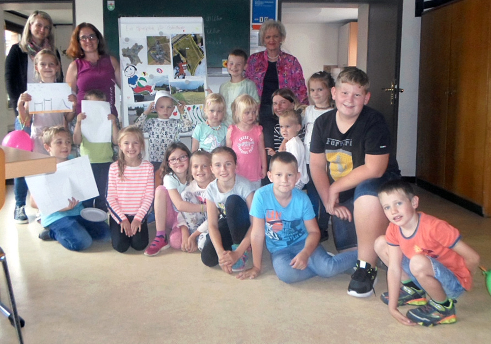 Die Kinder waren mit Begeisterung dabei. Darüber freuten sich auch die Erwachsenen (hinten von links) Sina Glaser vom Städtischen Regiebetrieb (SRB), Astrid Penke, stellvertretende Ortsbürgermeisterin und Ortsbürgermeisterin Ute Skalik. Foto: Stadt Salzgitter