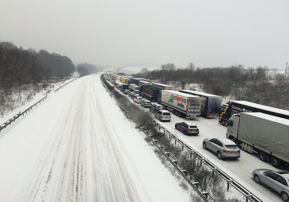 Anfang des Jahres kam der Verkehr auf der A2 schon einmal zum erliegen. Auch hier waren Schnee und Glätte Schuld. Symbolbild: 24-7aktuell(BM)