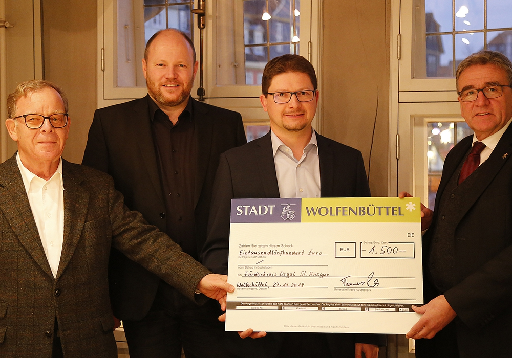 Norbert Pabst, Pfarrer Matthias Eggers, Christian Peyerl und Bürgermeister Thomas Pink (v. li.). Foto: Stadt Wolfenbüttel