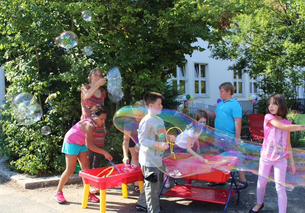 Carmen Sachtleben vom Kinder- und Jugendzentrum Turm tobt sich gemeinsam mit den jungen Gästen mit Seifenblasen aus. Foto: Jan Borner