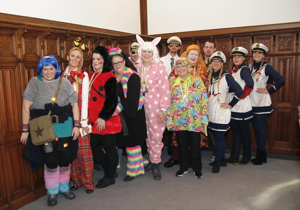 Die Damen der Braunschweiger Karneval-Gesellschaft gingen im Rathaus auf Krawattenjagd. Foto: S. Nickel