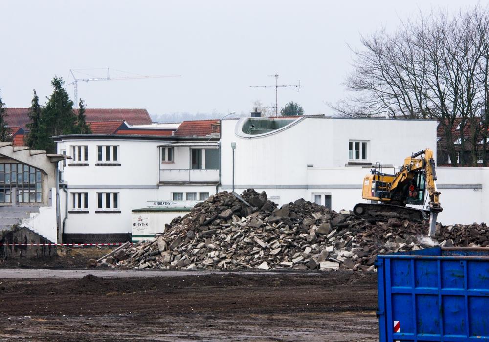 Die Abrissarbeiten auf dem Sportgelände Meesche sind weit vorangeschritten. Schon bald folgt das alte Vereinsheim. Fotos: Werner Heise