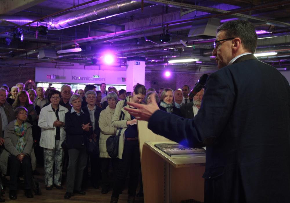 Bürgermeister Thomas Pink bei seiner Eröffnungsrede im ArtGeschoss 2013 in Wolfenbüttel. Foto: Archiv