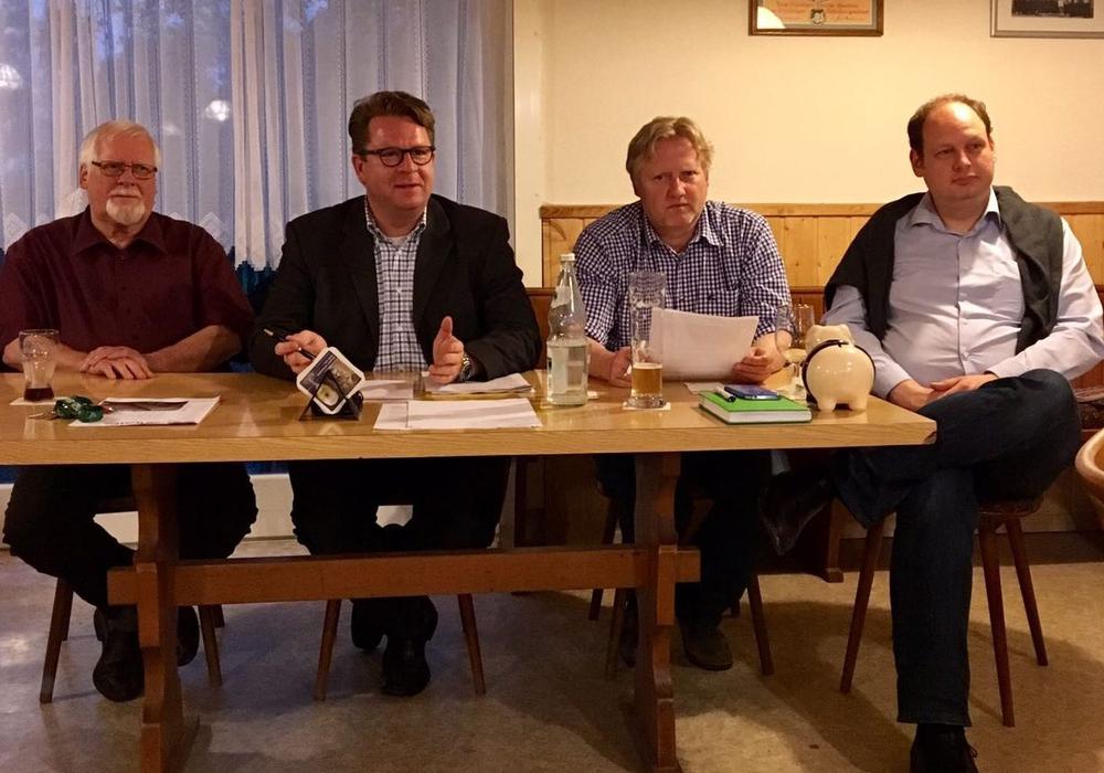 Von links: Präsident Jürgen Wendt, MdB Carsten Müller, OV- Vorsitzender Thorsten Wendt und CDU- Landtagskanditat Jan-Tobias Hackenberg. Foto: CDU-OV Wabe-Schunter