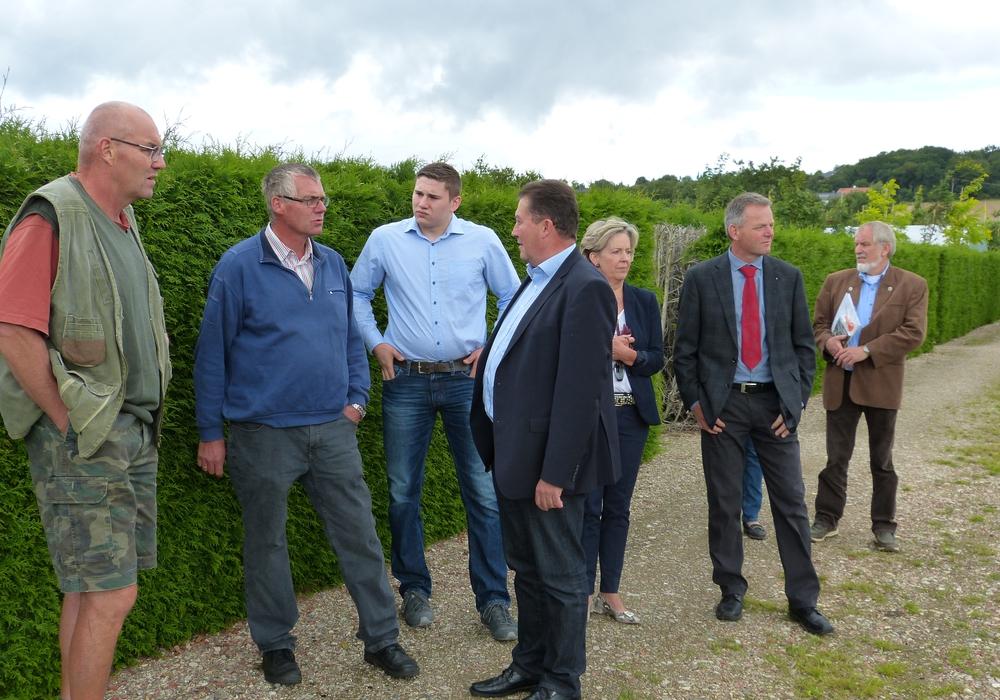 Von links: Friedhelm Rollwage, Thomas Rollwage, Lukas Rollwage, Uwe Lagosky, Helena von Cramm, Robert Pake und Henning Sannemann beim Besuch der Baumschule.