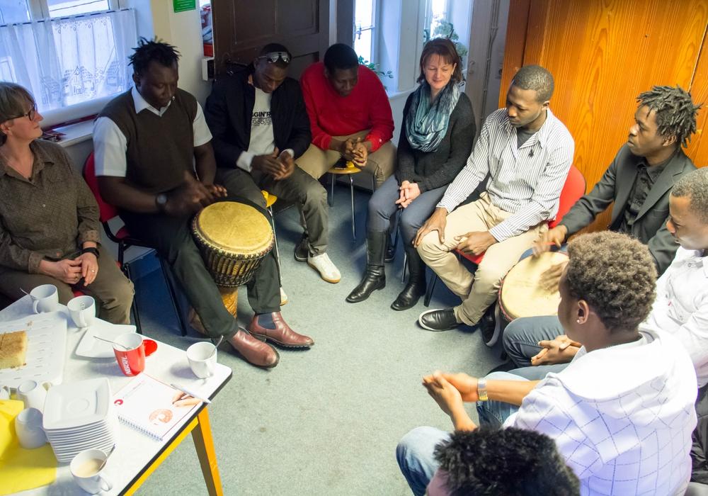 Mit Kaffee, Kuchen, Trommeln und Gesang kamen die Beteiligten am heutigen Mittwoch noch einmal zusammen. Foto: Alec Pein