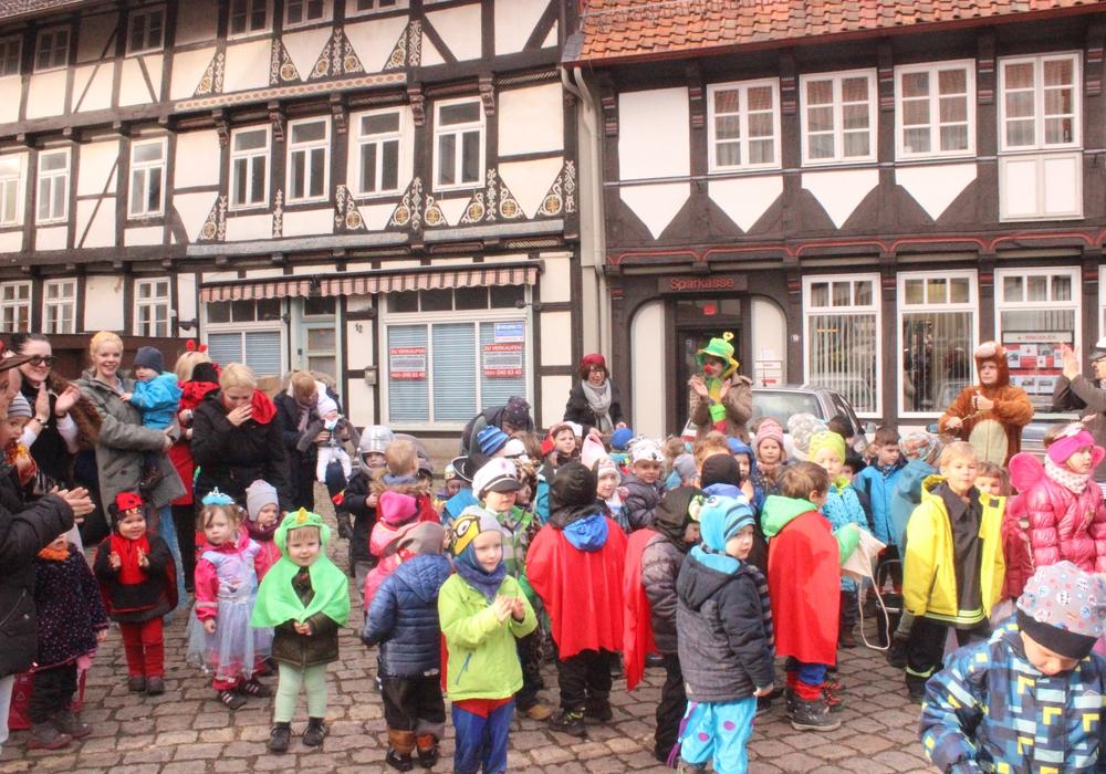 Die Kinder des Hornburger Kindergartens zogen am Vormittag verkleidet durch die Stadt. Fotos: Anke Donner
