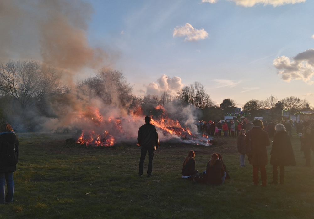 Bald brennen wieder die Osterfeuer. Symbolbild: Alexander Dontscheff