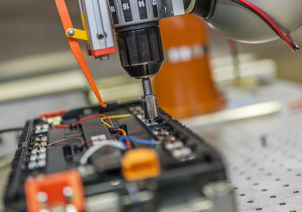 Foto: Demontage einer Batterie für Elektrofahrzeuge – TU Braunschweig.