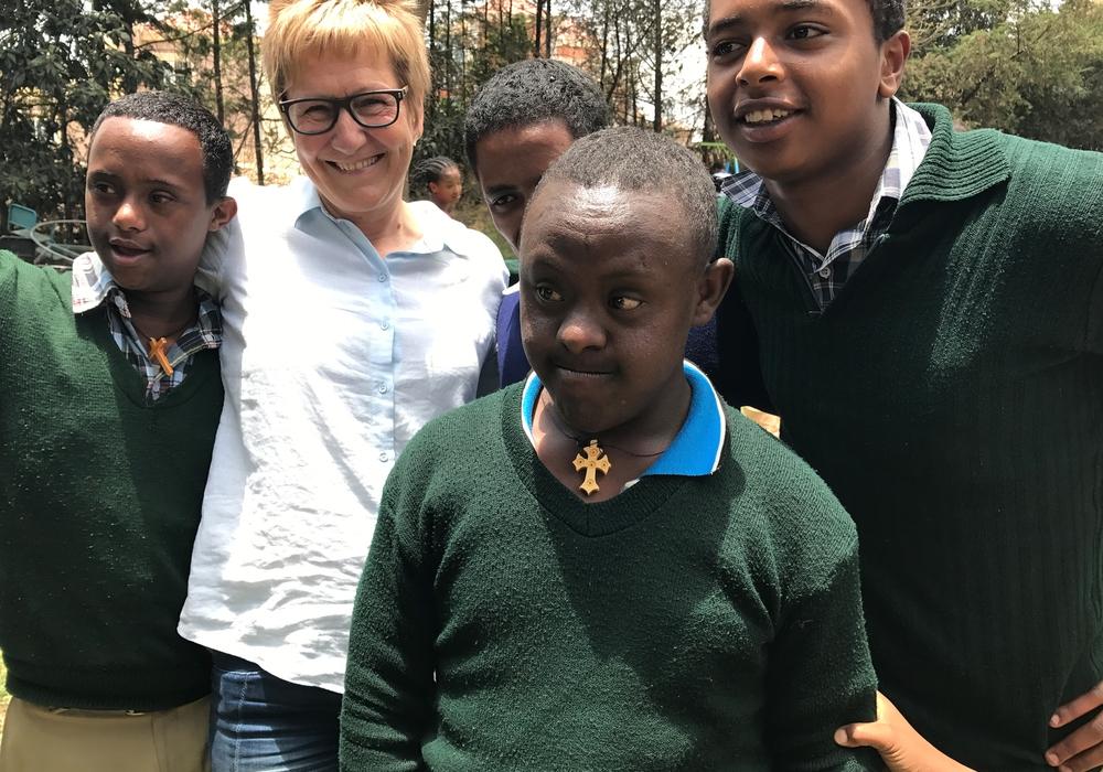 Ein Vortrag zur Situation geistig behinderter Kinder in Äthiopien – ein Erfahrungsbericht. Foto: Prof. Dr. Sabine Bromach in Äthiopien