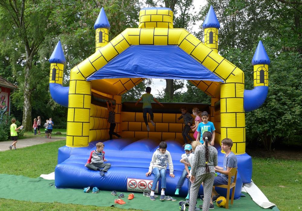 Spiel und Spaß in den Sommerferien auf der Hüpfburg. Foto: Stadt Salzgitter