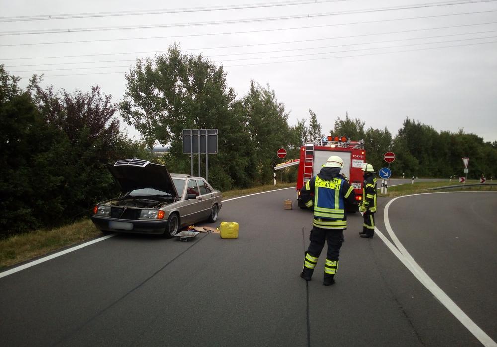 Die Feuerwehr musste zu einem Öleinsatz ausrücken. Ein Autofahrer hielt die dazu erforderliche Absperrung scheinbar für überflüssig. Feuerwehr Flechtorf
