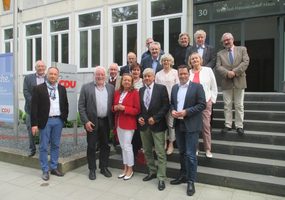 Eberhard Brandt (3.v.li und weiter), Heinrich Schaper und Kai Seefried mit Dieter Lorenz und dahinter Karl Grziwa und die Teilnehmer. Foto: Dieter Lorenz