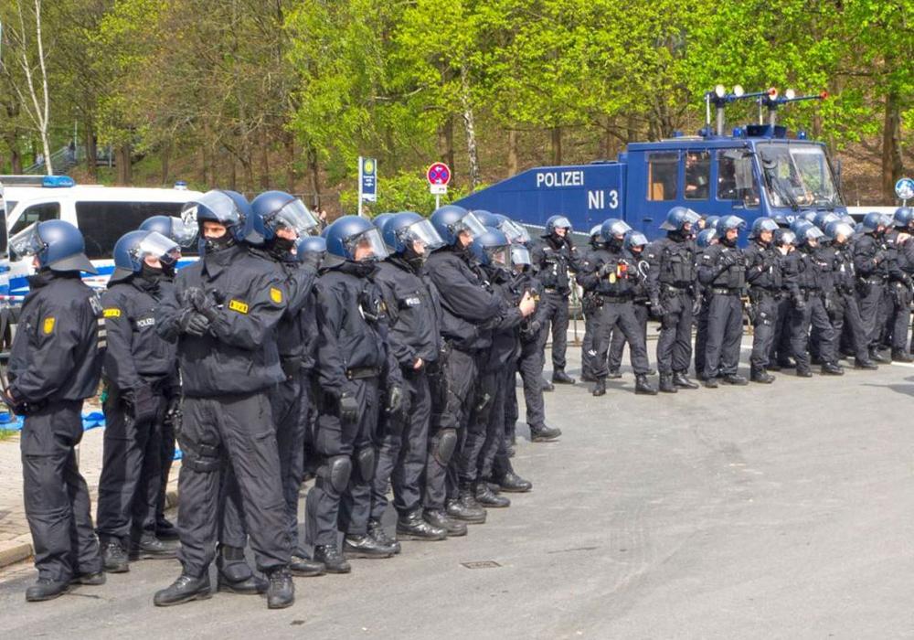 Die weiträumigen Hausdurchsuchungen bei Fans von Eintracht Braunschweig ergaben nichts. Waren sie verhältnismäßig? Symbolfoto: Grimm