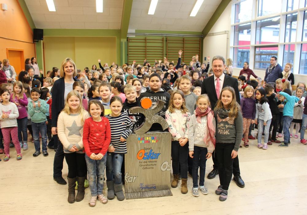 Über das nächste Schulhalbjahr hat der Sport-Oskar im Foyer der Gebrüder-Grimm-Schule seinen Platz. Heute wurde er von Thomas Fast feierlich übergeben. Foto: Eva Sorembik