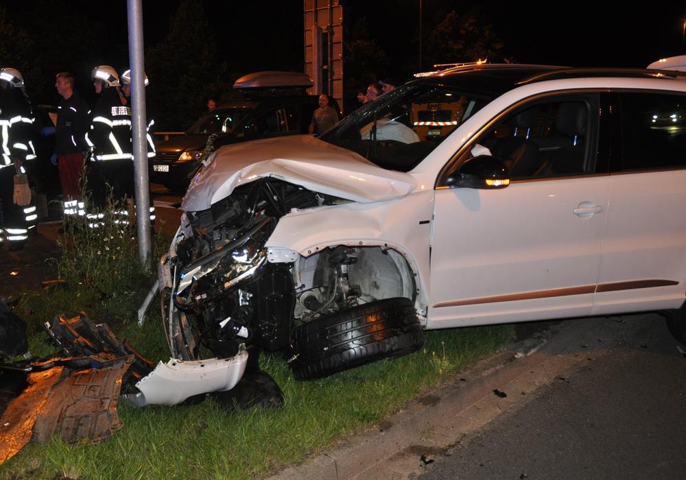 Der Fahrer des Tiguan missachtete das Rotlich. Fotos: Polizei Wolfsburg