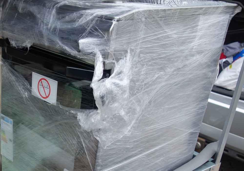Zwar stimmte die Aussage, dass auf dem Anhänger ein brandneuer Backofen transportiert würde, im Inneren befanden sich jedoch mehrere Kilos Tabak. Fotos: Zoll