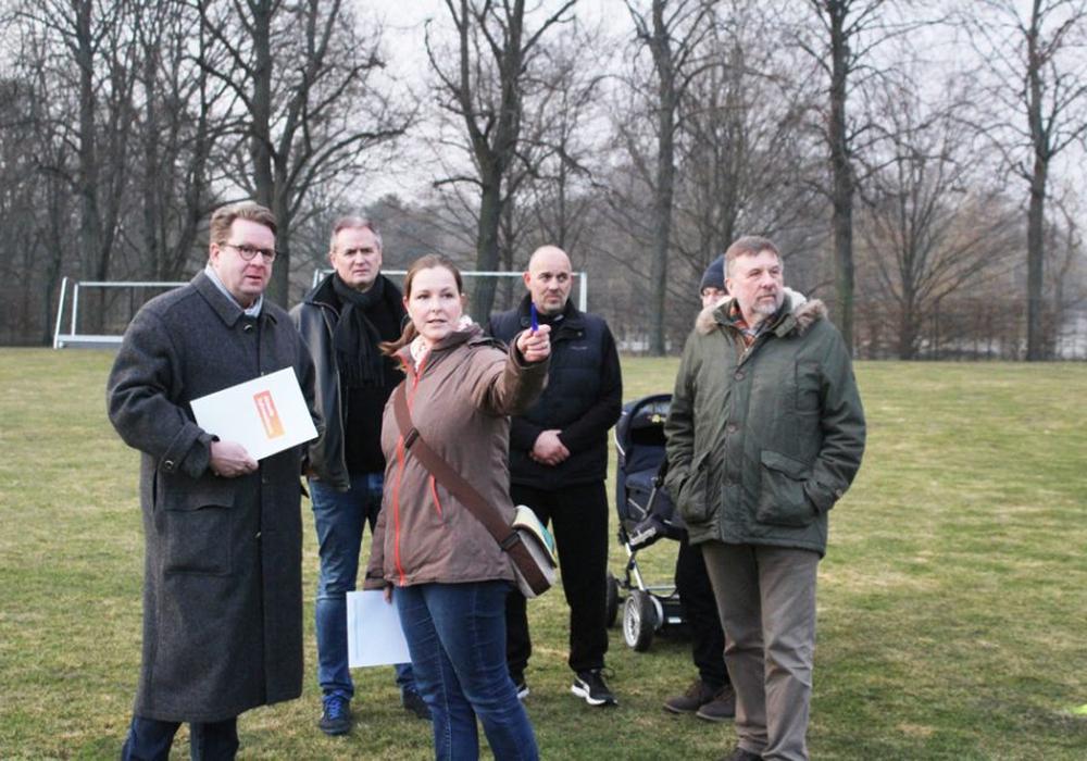 Judith Stülten (Mitte) und Carsten Müller von der CDU(links) begutachten mit weiteren Verantwortlichen den Jahnplatz. Fotos: Rayk Maschauer
