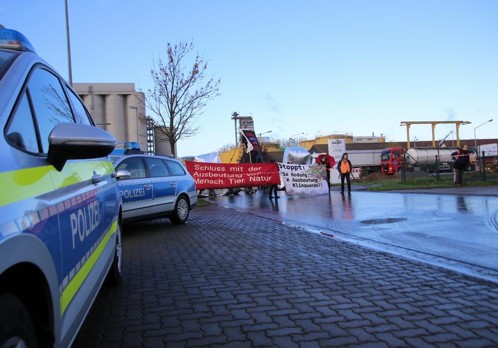 Mit Bannern ausgerüstet positionierten sich am Dienstagvormittag Aktivisten vor der Firma Cargill. Fotos: Rudolf Karliczek