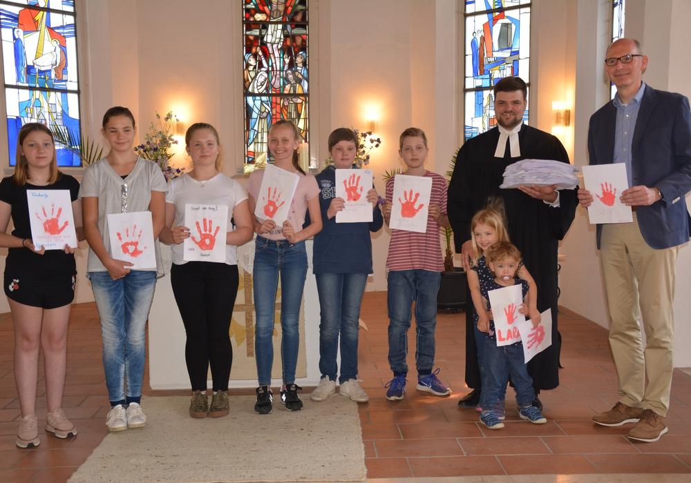 Im Gottesdienst überreichten die Jugendlichen ihre Botschaft an den Landtagsabgeordneten Christoph Plett. Foto: Kirchenkreis Peine