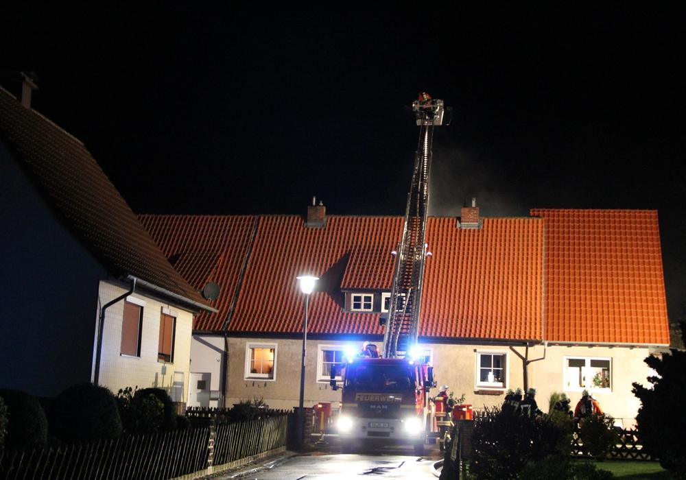 Die Drehleiter kam bei der Brandbekämpfung zum Einsatz. Fotos: Feuerwehr