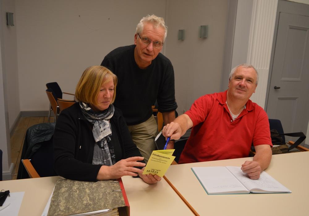 Im Bild v. l.: Sabine Huth, Holger Barkhau, Wolf-Dietrich Brunswig. Foto: Riechert