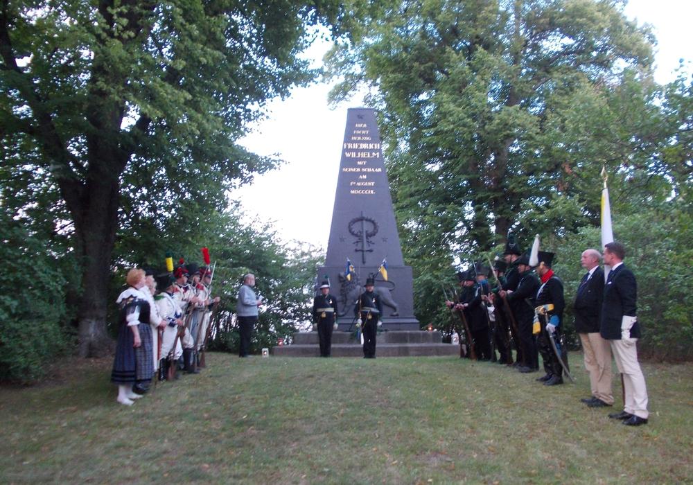 Der Obelisk in Oelper mit Beteiligten der Gedenkfeier im vergangenen Jahr. Foto: Privat