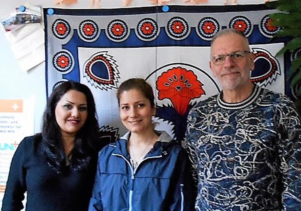 Elizabeth Pourmohamadi, Mitarbeiterin im BNVHS Goslar, Masoumeh K., Dozentin und Kursleiterin und Günther Oles, Vorsitzender der Aids-Hilfe Goslar (v.l.n.r.). Foto: Aidshilfe