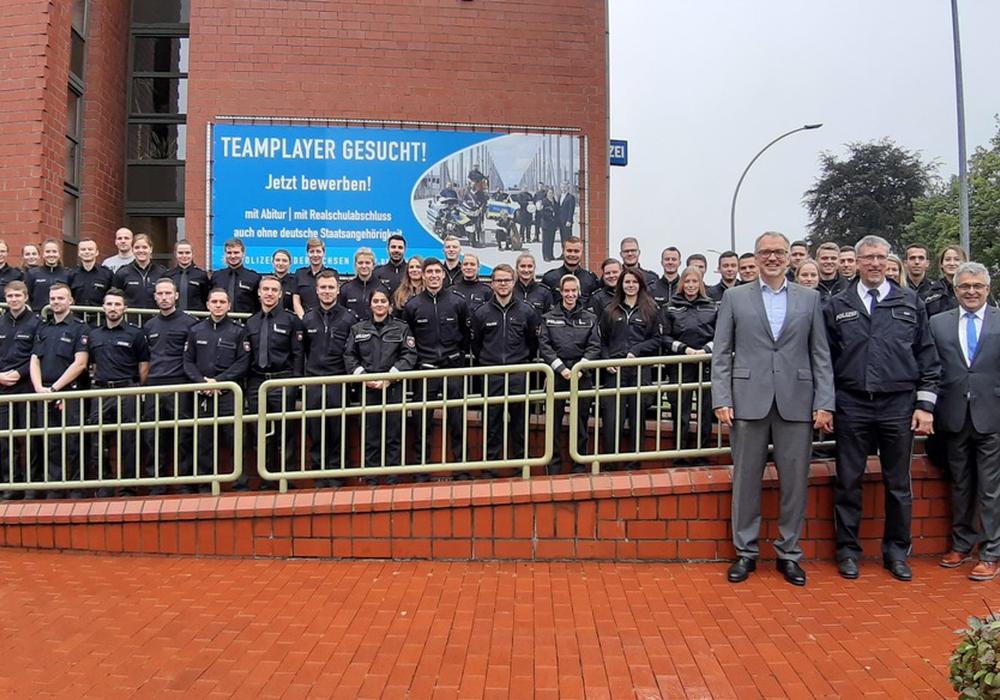 Das Bild zeigt den Leiter der Polizeiinspektion SZ/PE/WF, Herrn Volker Warnecke, zusammen mit den neuen Mitarbeiterinnen und Mitarbeitern und weiteren Führungskräften. Foto: Polizei