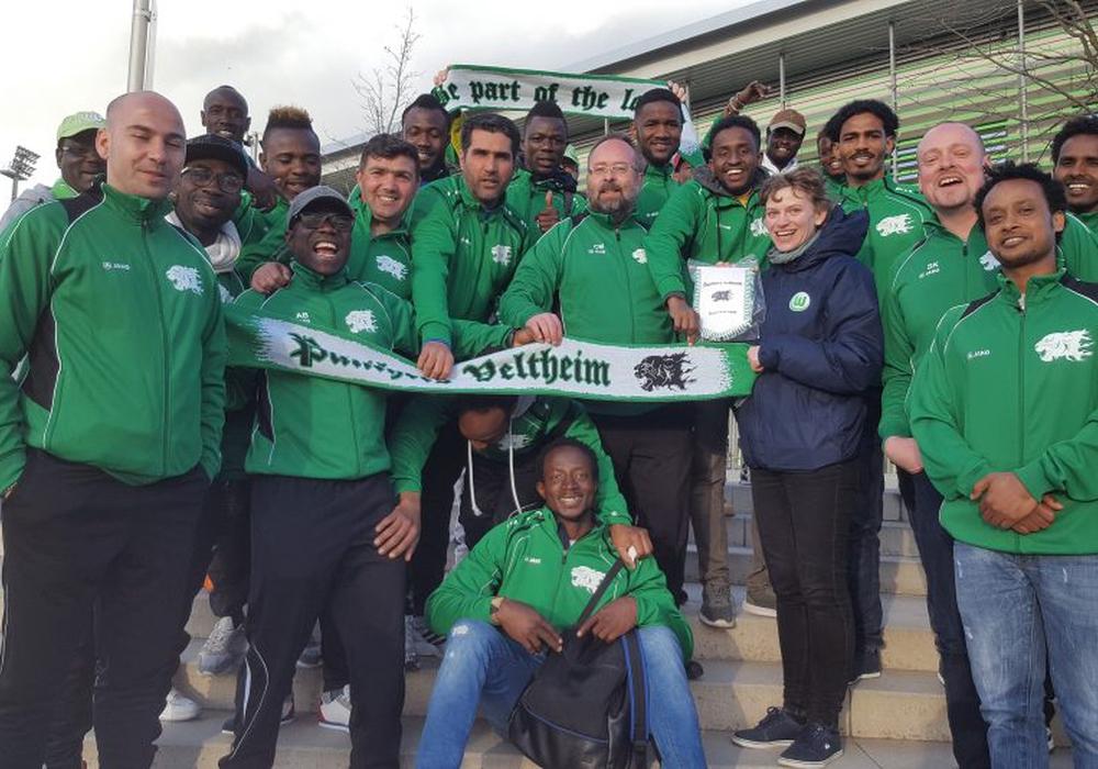 """Freudig aufgrund des Stadionbesuchs beim VfL Wolfsburg mit eigenem Fanschal: Das Flüchtlingsteam """"Panthers Veltheim"""" Foto: privat"""