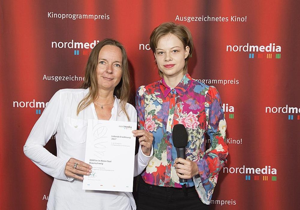 """Die Preisurkunden überreichte die Schauspielerin Emma Bading als Patin. Für """"DOKfilm im Roten Saal"""" nahm Programmgestalterin Iris Mügge vom Kulturinstitut die Urkunde entgegen. Foto: nordmedia"""