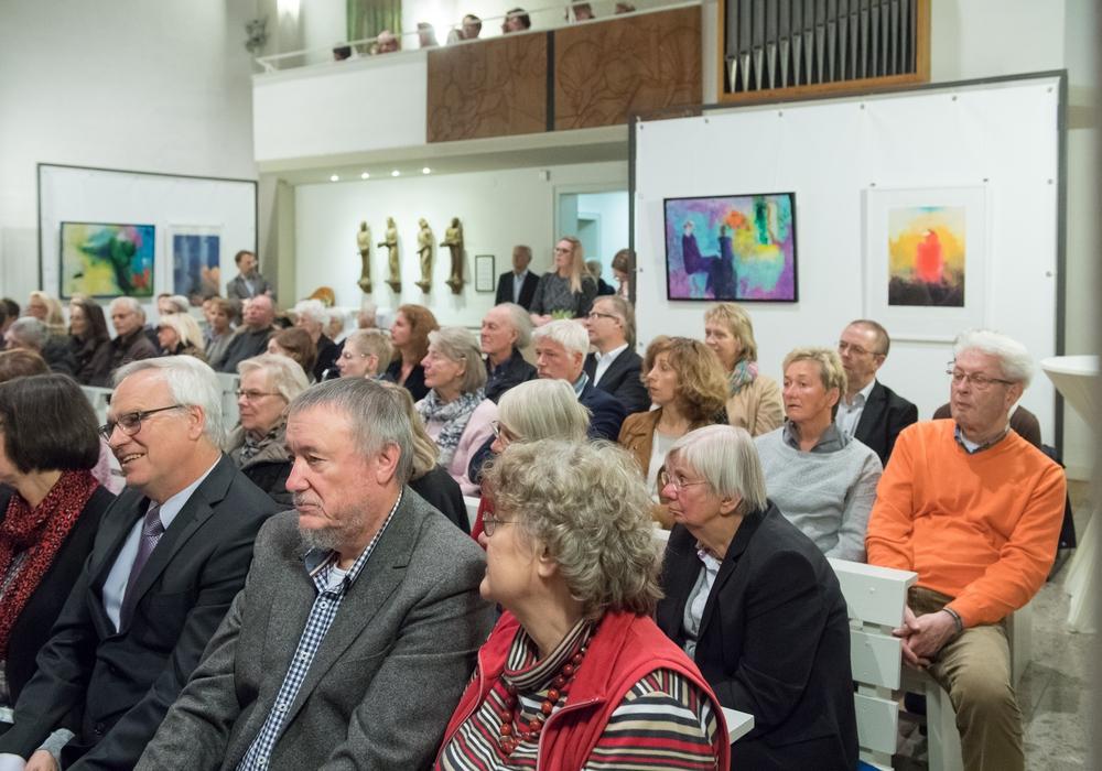 Blick in die vollbesetzte Theodor-Fliedner-Kirche während der Ausstellungseröffnung. Foto: Klaus G. Kohn