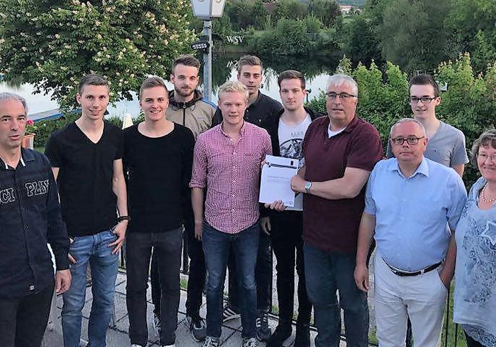Marcel Sydow (5 v. l.) überreicht als Projektleiter offiziell die Auswertungen an den Vereinsvorsitzenden Rainer Porath (4. v. r.). Foto: WSV