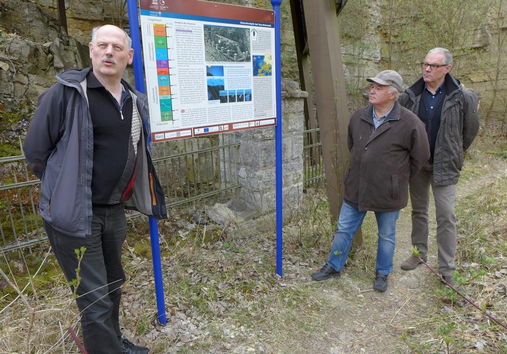 Guido Harnau, Landkreis Harz, Klaus Bogoslaw, LAG Rund um den Huy, und Bürgermeister Thomas Krüger, Gemeinde Huy, (v. l.) an der neuen Informationstafel. Foto: Reuter/RVH