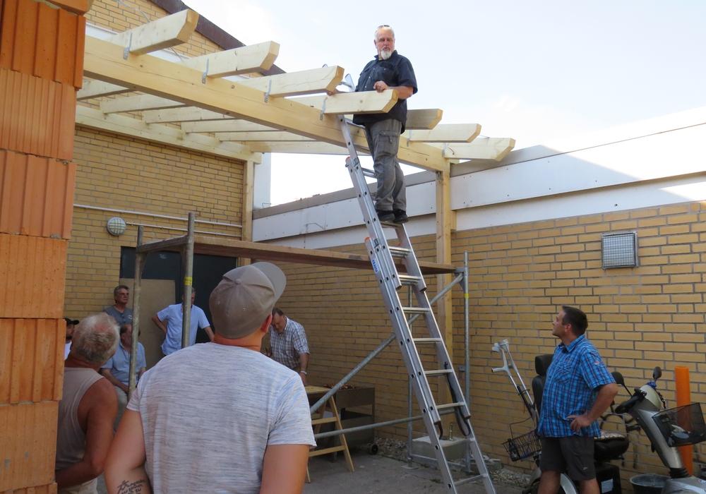 Reinhard Bauch vom Bauamt der Gemeinde Lehre hatte die Ehre, den letzten Nagel in den Sparren einzuschlagen. Fotos: Gemeinde Lehre