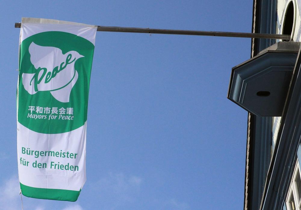 "Die Flagge des weltweiten Bündnisses ""Mayors for Peace"" weht am Rathaus. Foto: Stadt Wolfenbüttel"