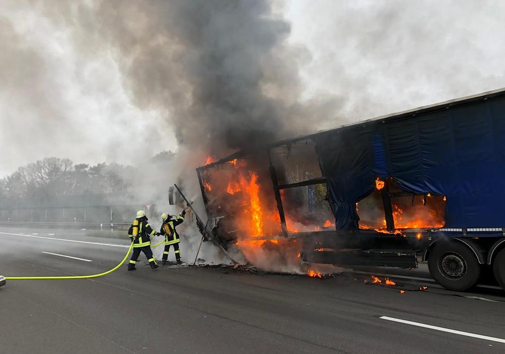 Durch die Hitze begann der Dieseltank zu schmelzen. Foto: Feuerwehr Königslutter