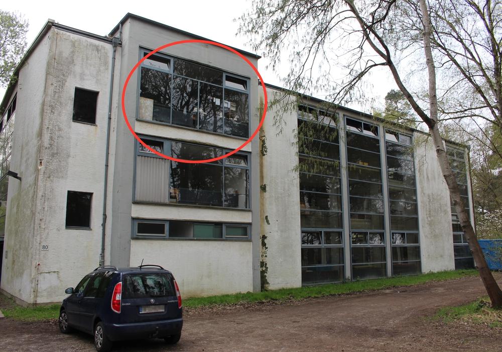Das Sekretariat des Instituts für Architekturbezogene Kunst brannte am Wochenende (hier gekennzeichneter Bereich). Foto: Christina Ecker