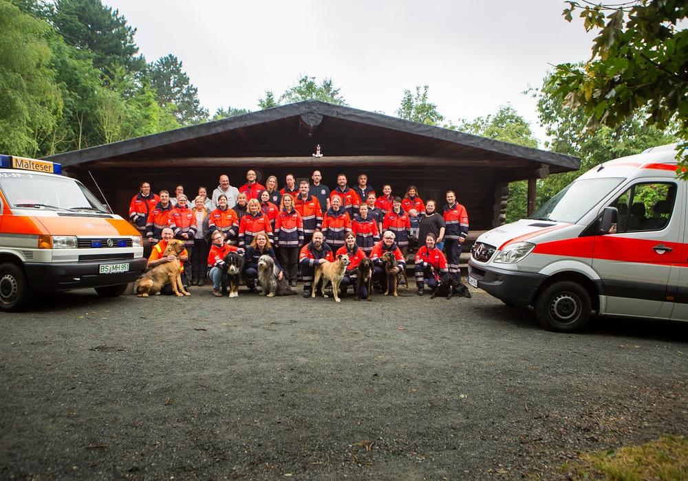 Einige der Rettungshunde mit ihren Führerinnen und Führern beim Trainingszeltlager. Foto: Malteser