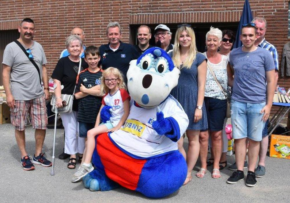 """Auch """"Dino"""", das Maskottchen des Fußballerstligisten Hamburger SV, zählte zu den Besuchern des Aktionstages. Fotos: Landfrauen Helmstedt"""