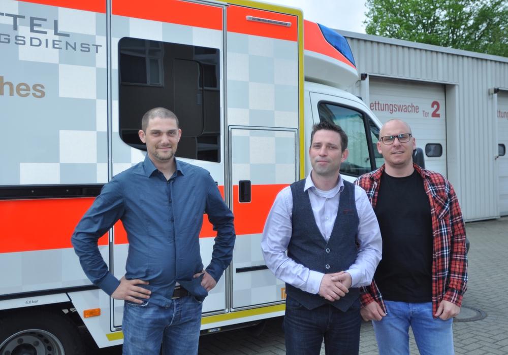 Die DRK-Rettungsdienstler Crisby Michael (von links), Andreas Richter und Martin Losse zeigen den neuen Rettungswagen. Fotos: DRK